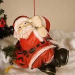 Figur Weihnachtsmann auf Seil aus Kunstharz